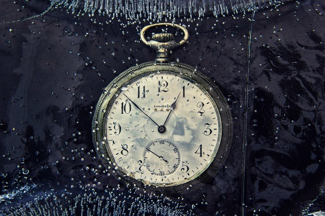 Часовник сред водни капки.