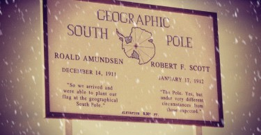 Табелата, маркираща Южния полюс. Цитати на Амундсен и Скот.