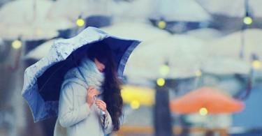Апатия. Момиче с чадър, само в тълпата.