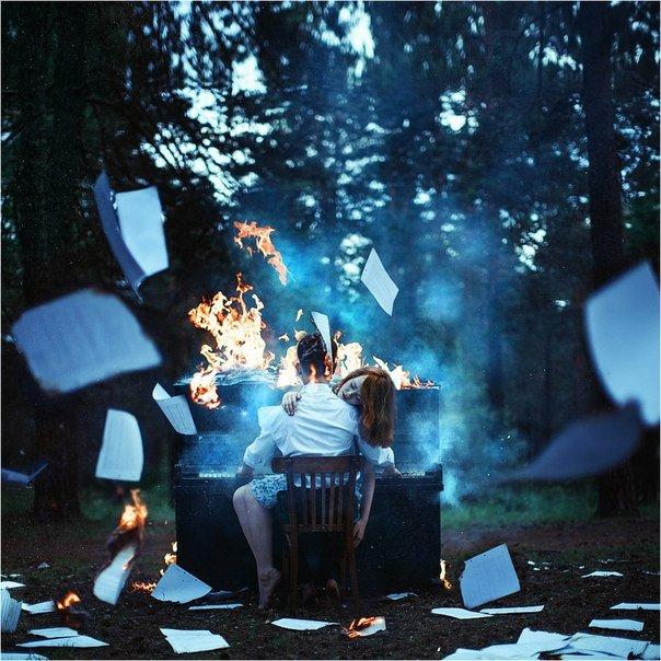 Концептуална фотография: Мъж и жена до горящ роял