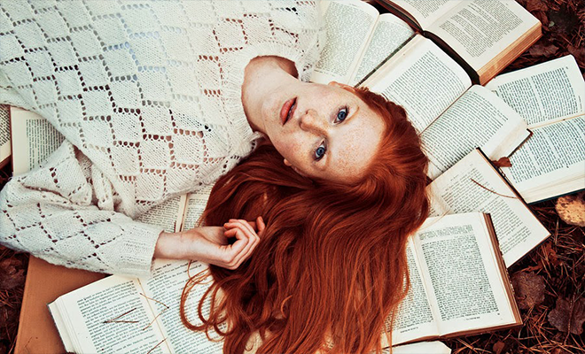 До следващата новост. Кавър на момиче, лежащо върху отворени книги.